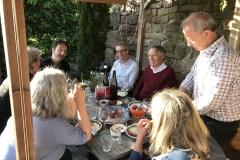 Reichlich gefachsimpelt wurde beim Winzervesper bei den Gastgebern Eva Lauinger und Peter Schmidt.