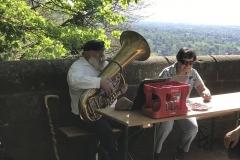 Vereinsmitglied Joe Walz sorgt für musikalische Untermalung ...