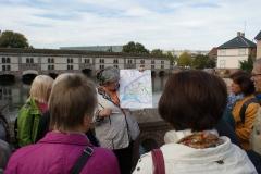 Stadtführerin Monique Fritz veranschaulicht die Lage der Altstadt, umgeben von der Ill.