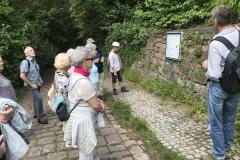 Die Wanderer versammeln sich am Aufstieg zum Robberg.